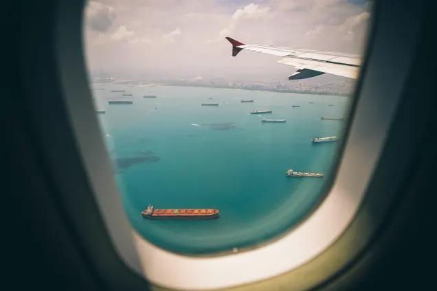 機内から見た船の浮かぶ海