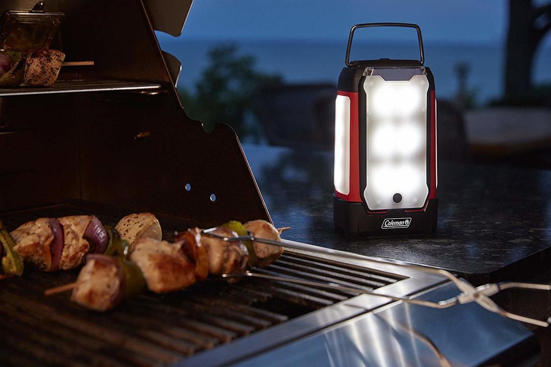 「Multi-Panel LED Lantern」を側に置いたバーベキュー
