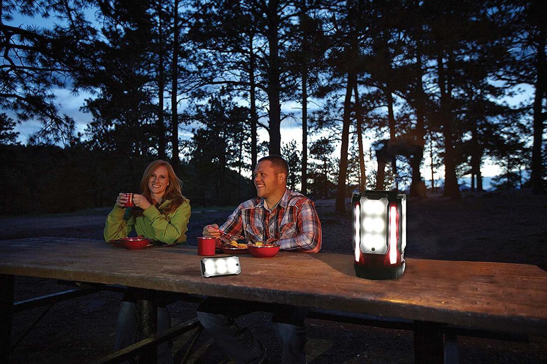 「Multi-Panel LED Lantern」をテーブルに置いたところ