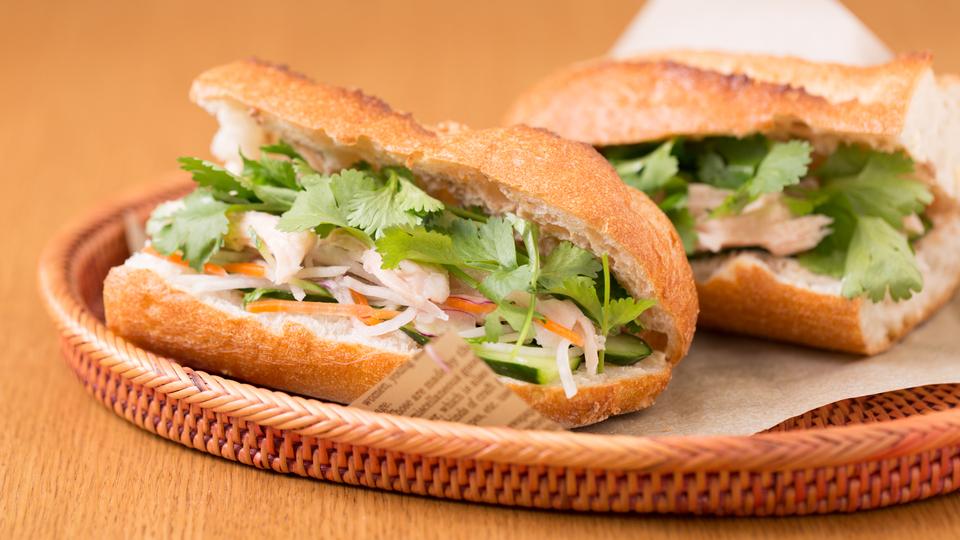 サラダチキンで簡単に作れる、ベトナム式サンドイッチ