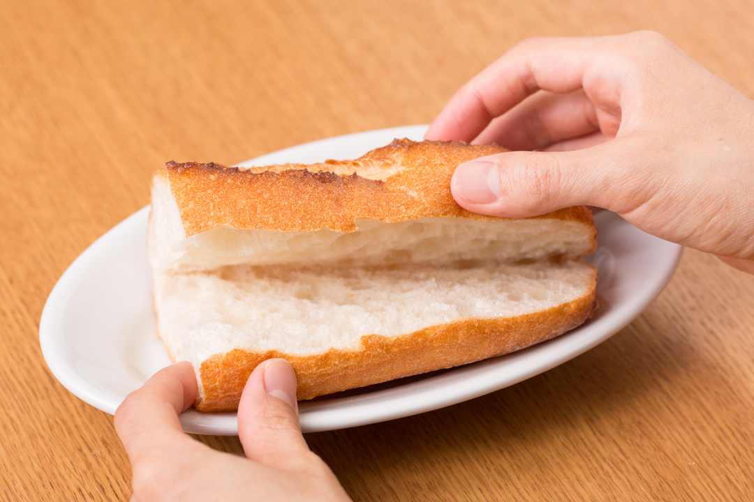 フランスパンを2等分して横に切り込みを入れて焼く