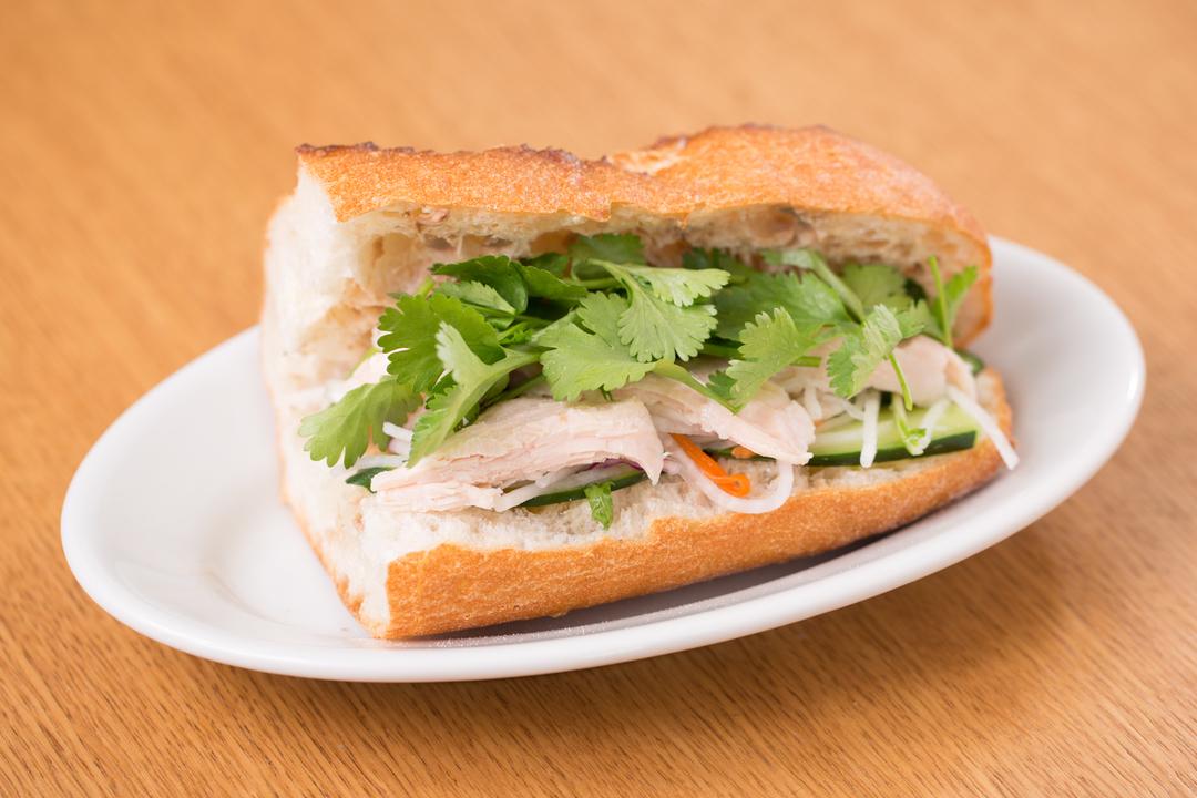 レバーペースト、なます、キュウリを挟んだフランスパンにサラダチキンと香草を挟む