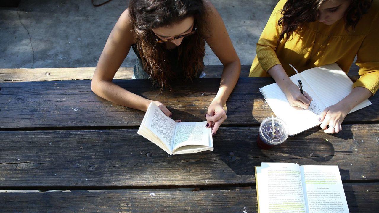 一緒に勉強をする女性2人