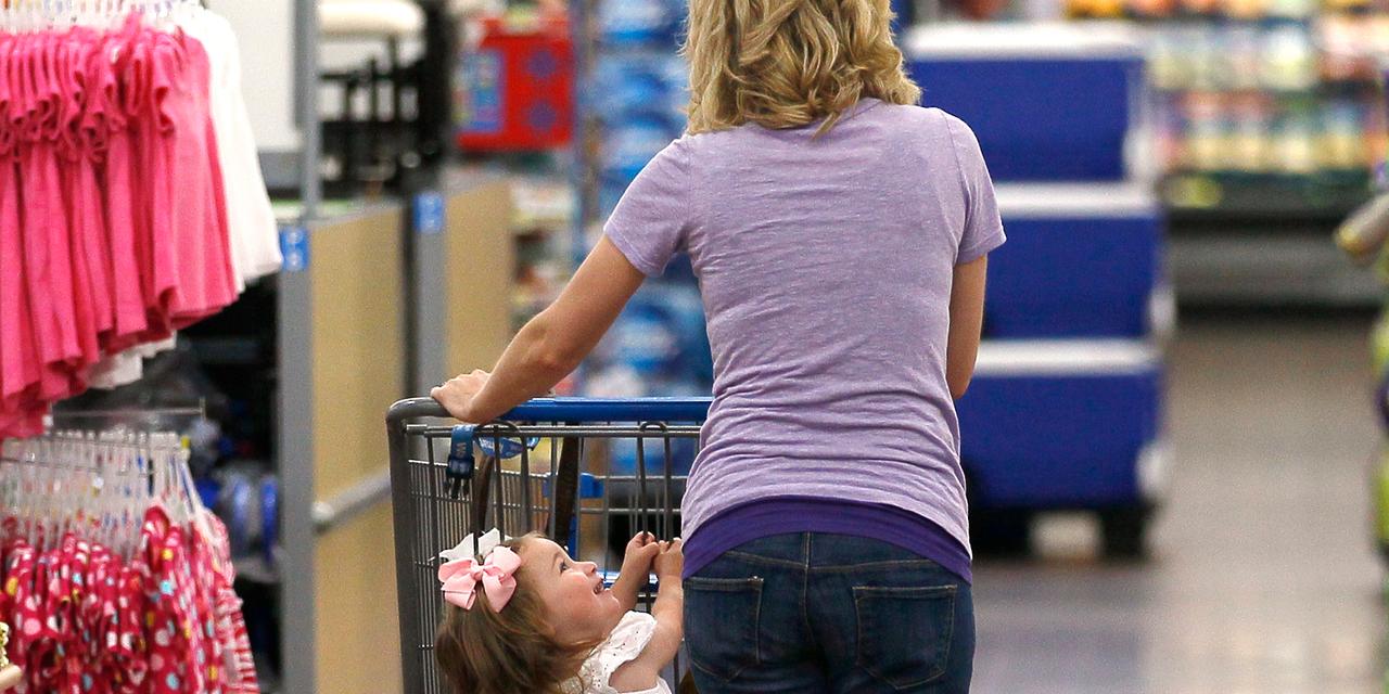 子ども連れの買い物客