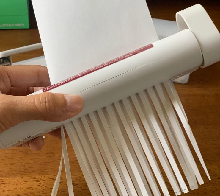 ハンドシュレッダーで手軽に紙を裁断する