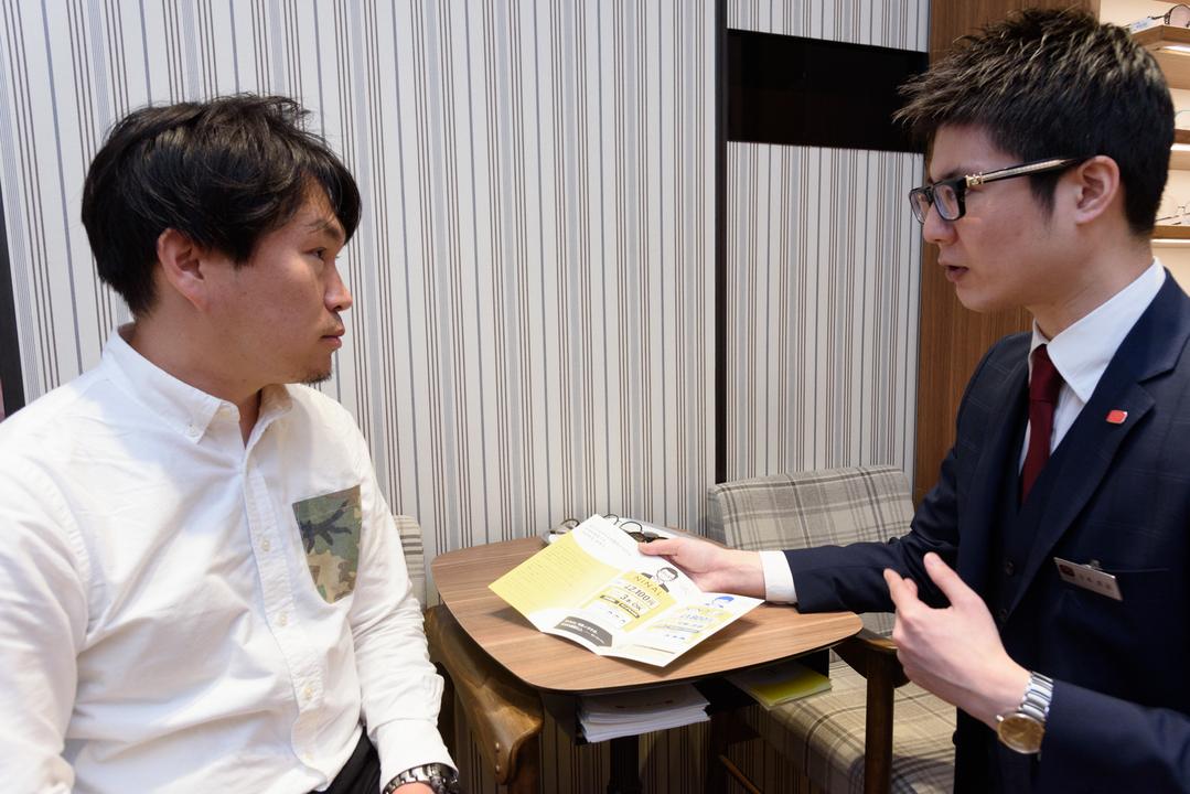 メガネの田中 銀座店のスタッフの方から、ニナルについて説明を受ける
