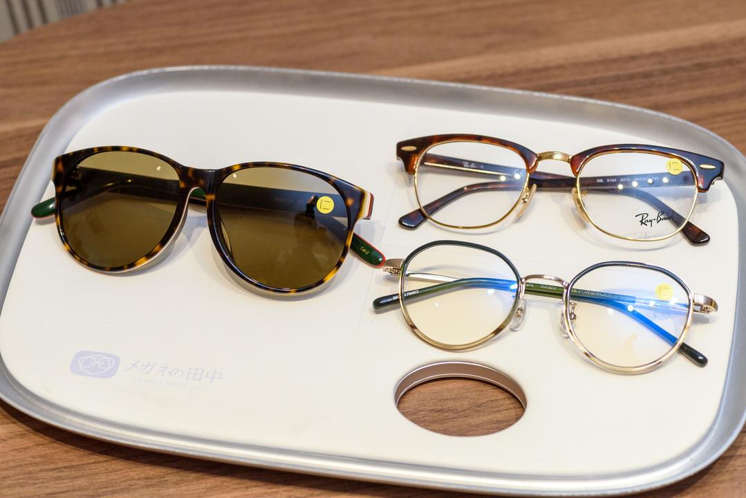 トレイに載せた合計3つのメガネとサングラス