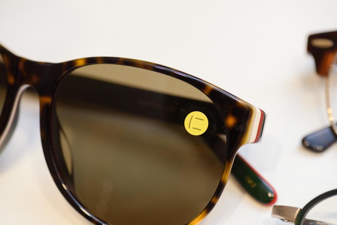 メガネのサブスク「ニナル」に対応したフレームにはシールが貼られている