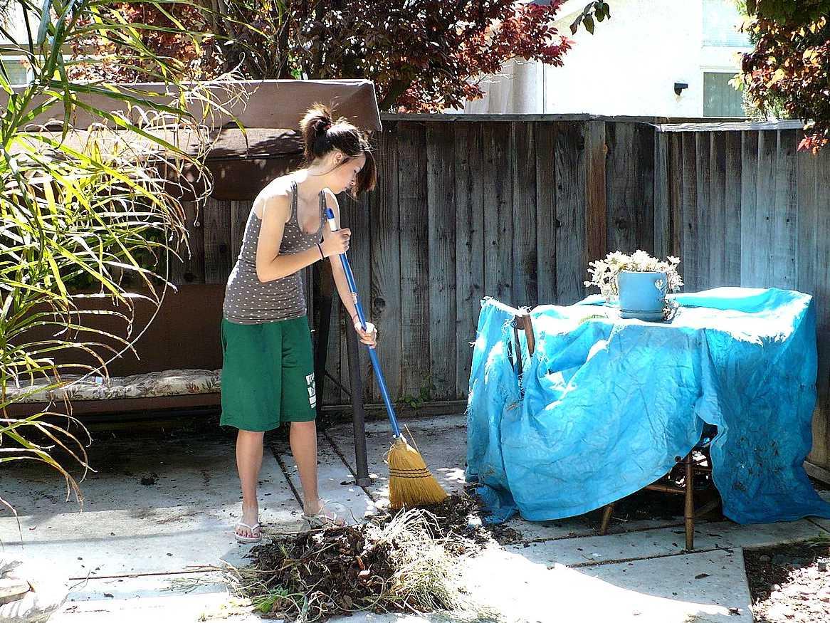 家の掃除をする女性