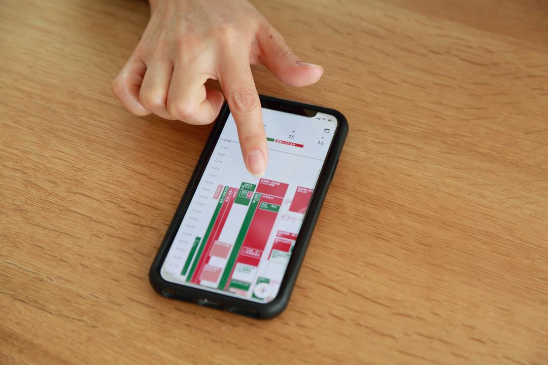 指でiPhoneを操作する