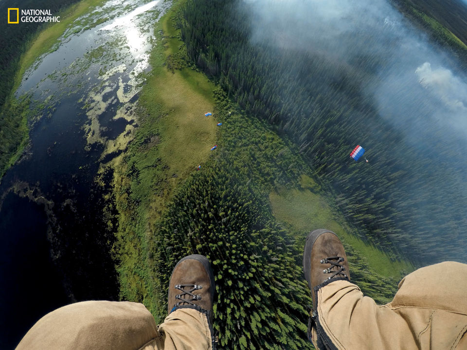 空から降下する人物の足