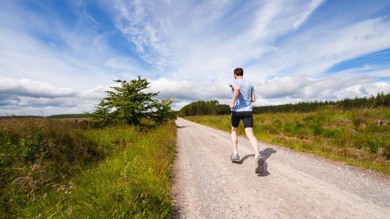 習慣のために走る男性