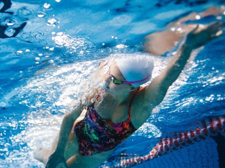 夏までに痩せたいなら、ランニングよりも水泳をすると良い
