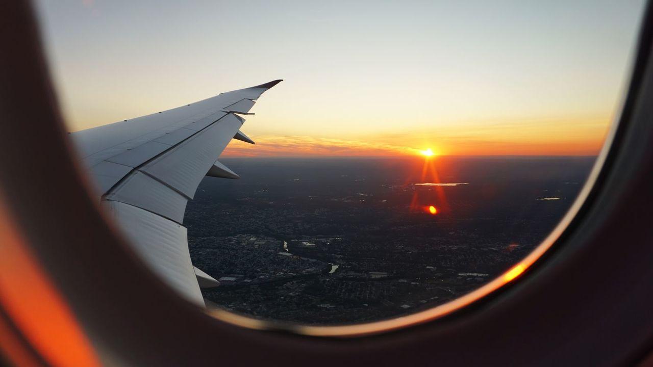 飛行機の窓から見れる日没