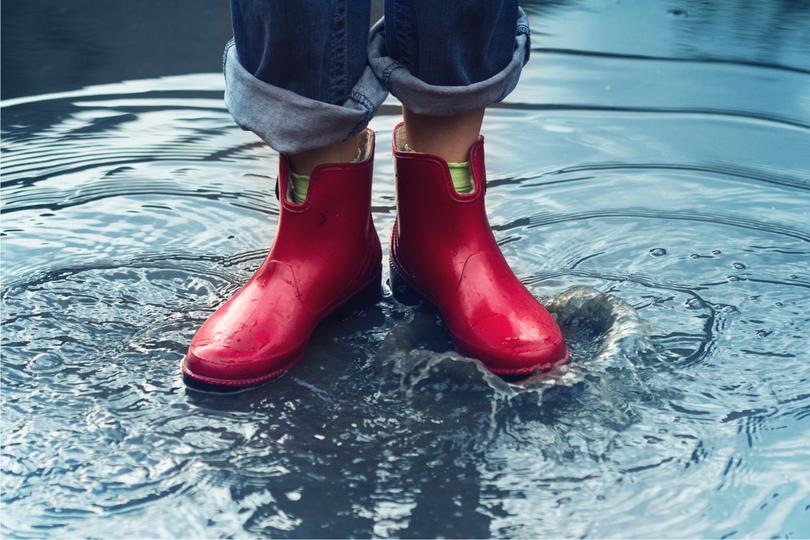 赤い長靴をはいた女性の足元