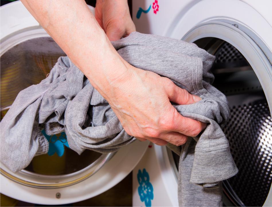 洗濯機にスウェットを入れる