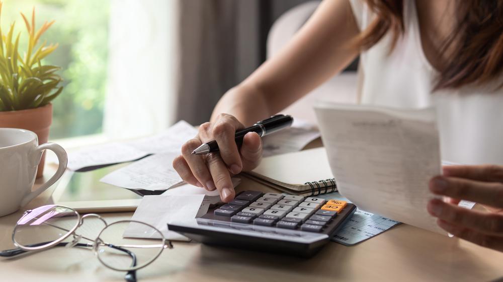 家計計算をする女性