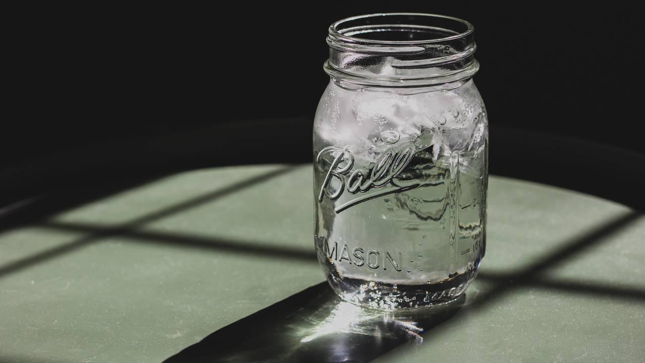 氷水の入ったメイソンジャー