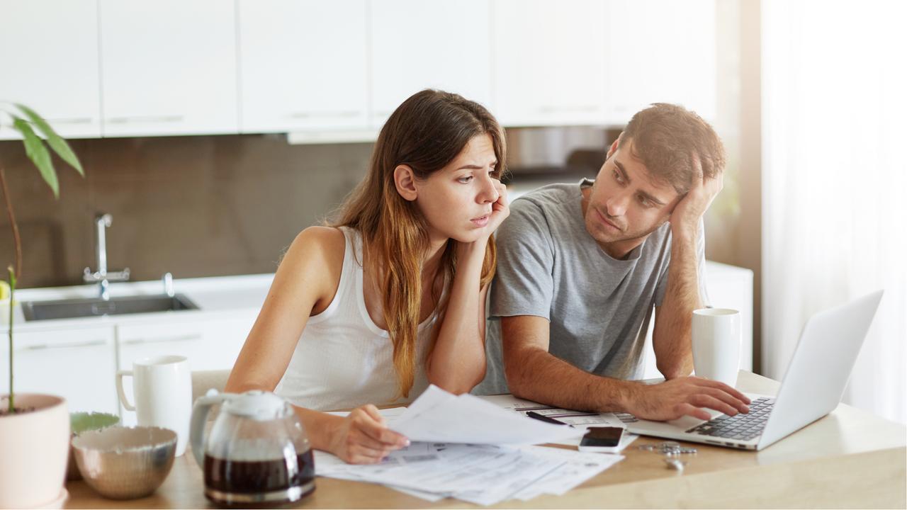 書類を片手に相談するカップル