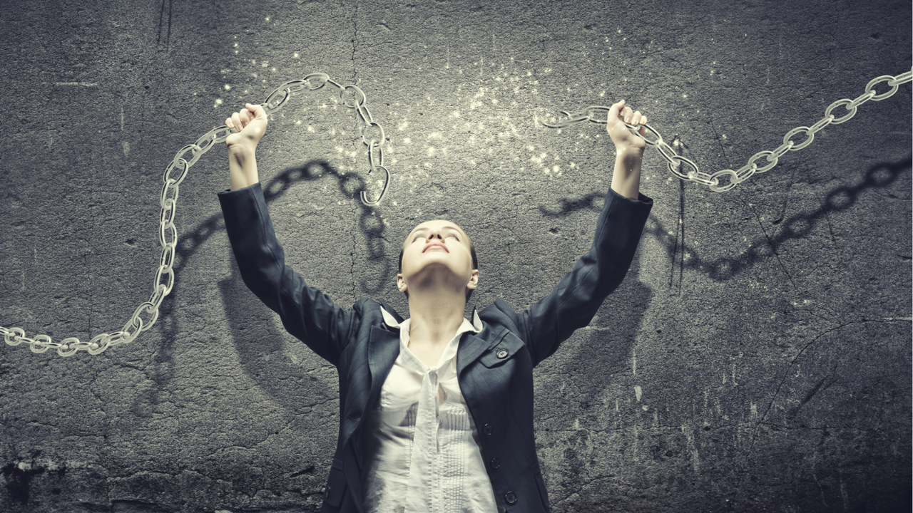 鎖を壊す女性