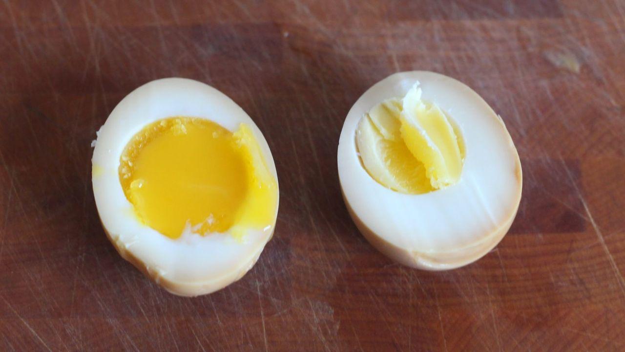 黄身が半熟の卵と固茹での卵