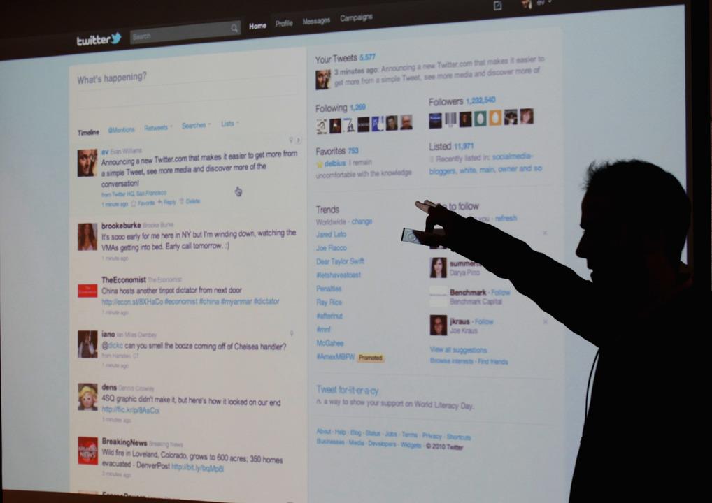 Twitterの画面を表示しながらプレゼンする人