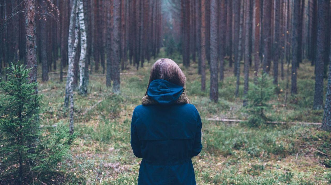 白蛇におびえる森の中の子ども