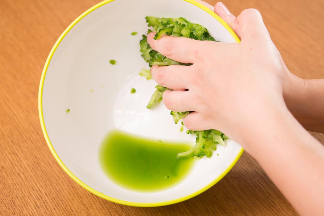 無限ゴーヤレシピ:水気を絞る