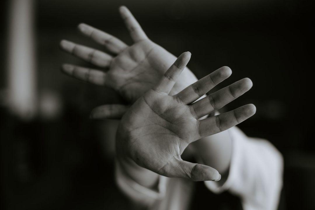 両手で防御する人