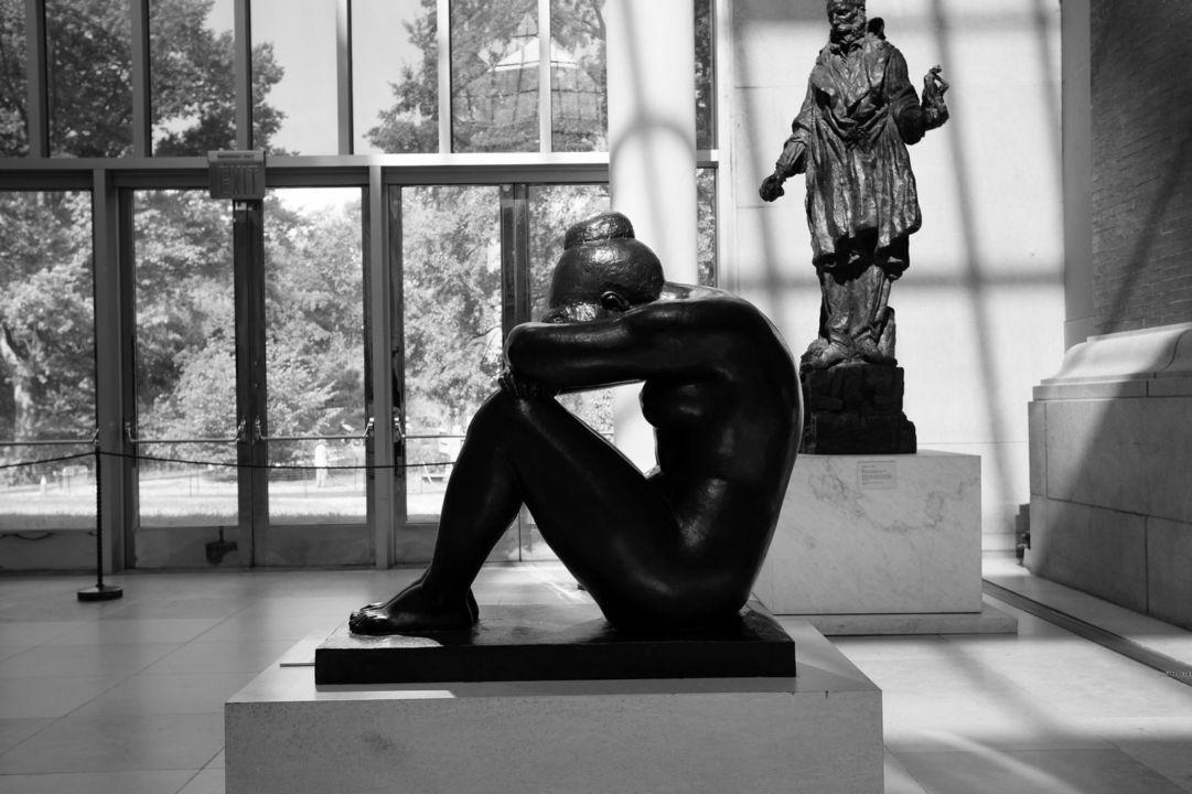 顔を覆う銅像