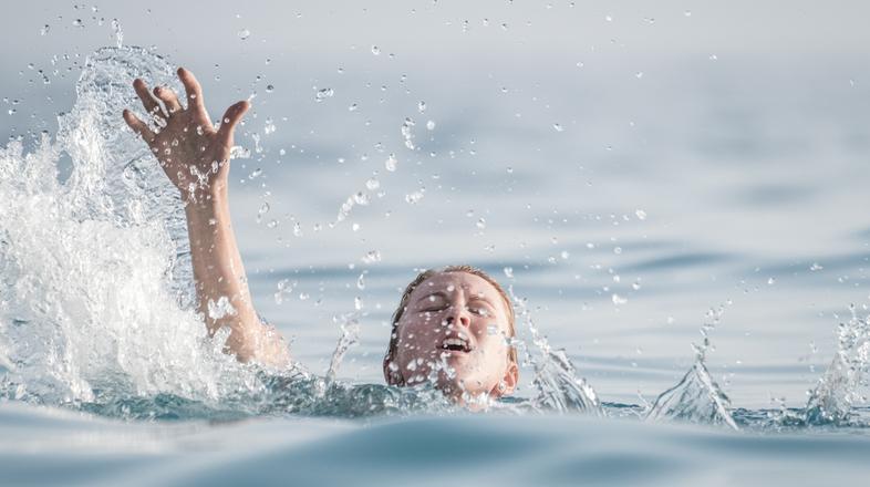 自分の身を守りながら、溺れた人を助ける方法   ライフハッカー[日本版]