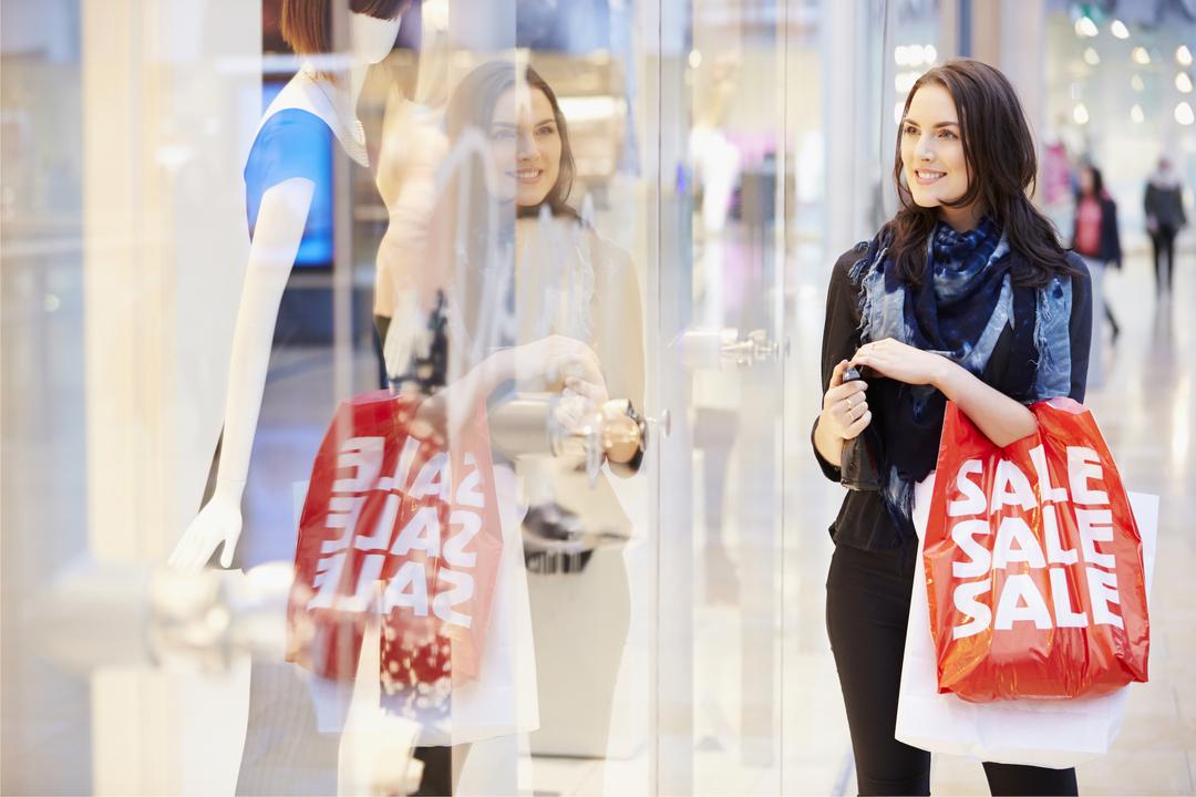 セール中にショッピングをする女性