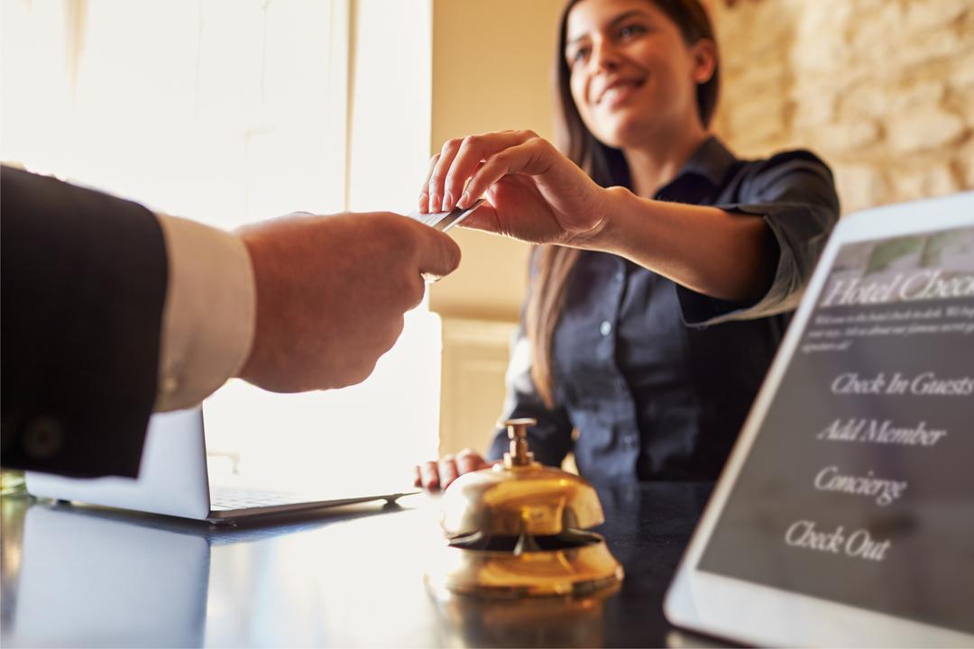 ホテルにチェクインする女性