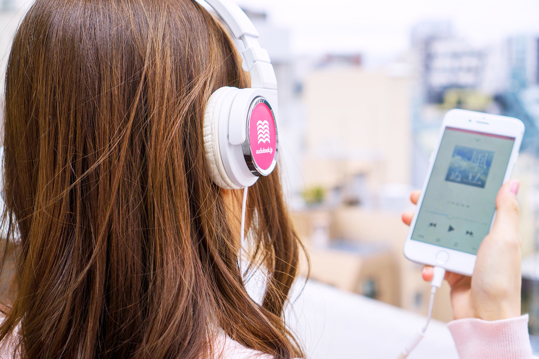 audiobook.jpを聞いている女性