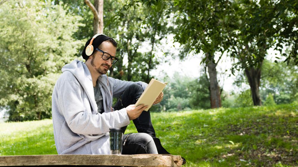 聞きながら本を読む男性