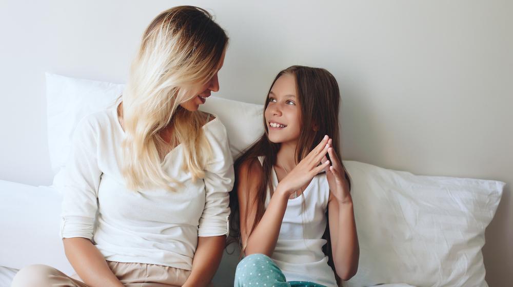 子どもに話しかける女性