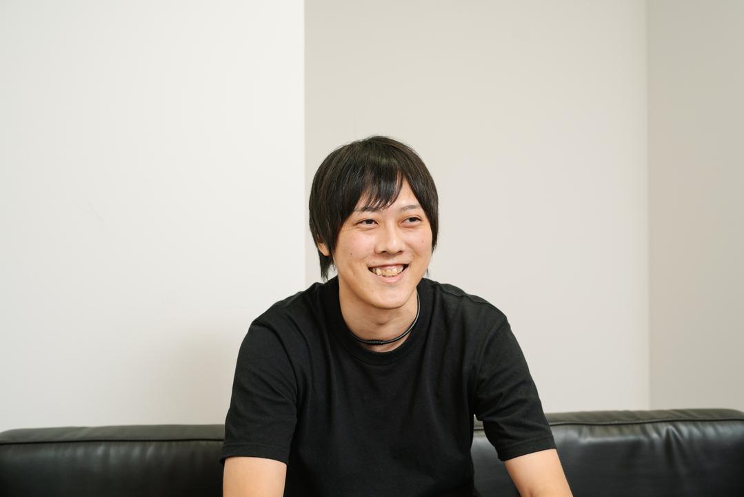 インタビュー中の岡田さん