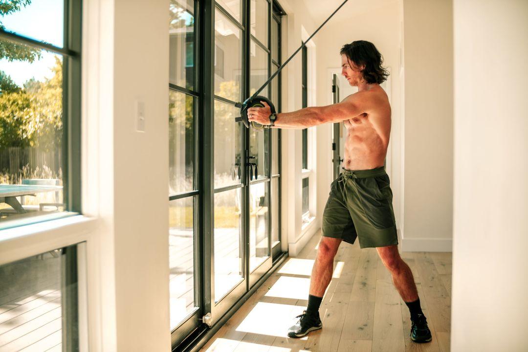 monkii 360を使って室内でトレーニングする男性