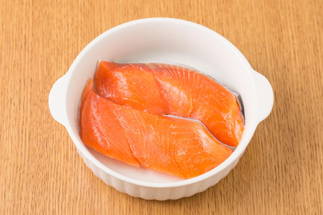 鮭の切り身とグラタン皿