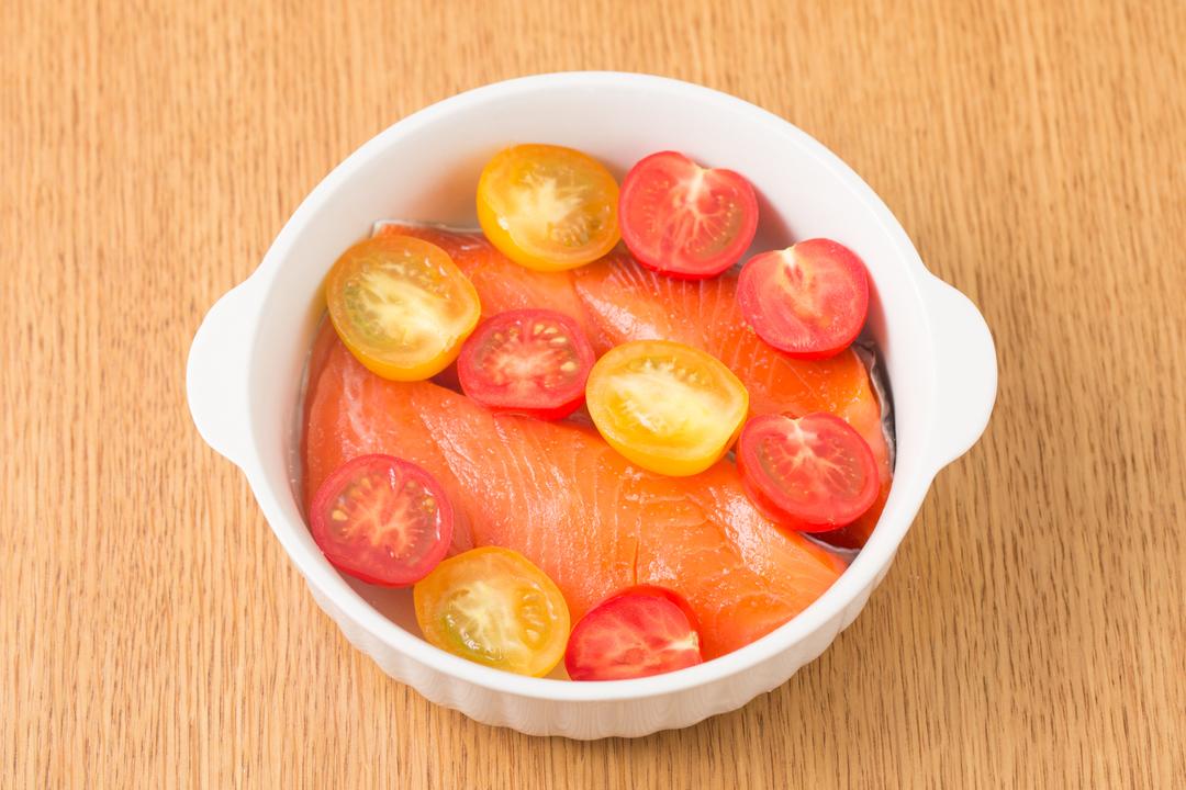 鮭の切り身の上にミニトマトを並べる