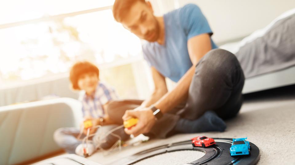 ミニカーで遊ぶ親子