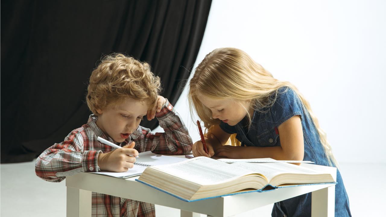 宿題をする少年と少女