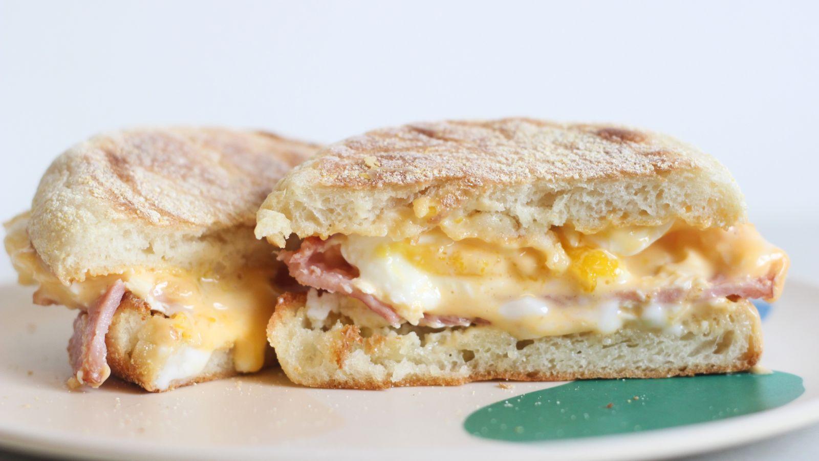 たった5分? 朝マックのエッグマフィンを自宅で再現する方法|朝食レシピ