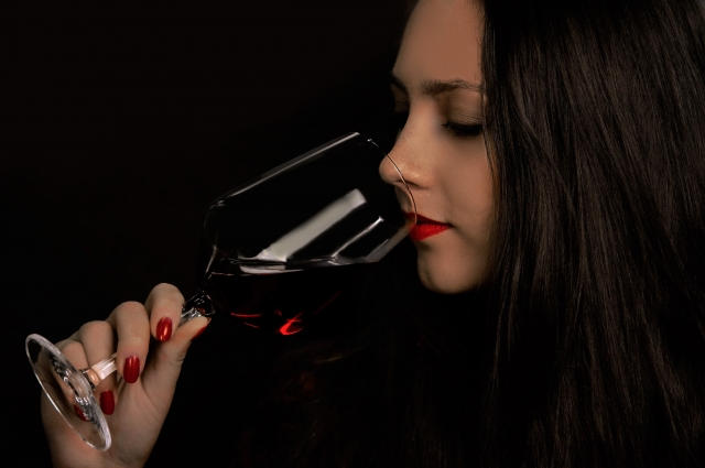 赤ワインと女性