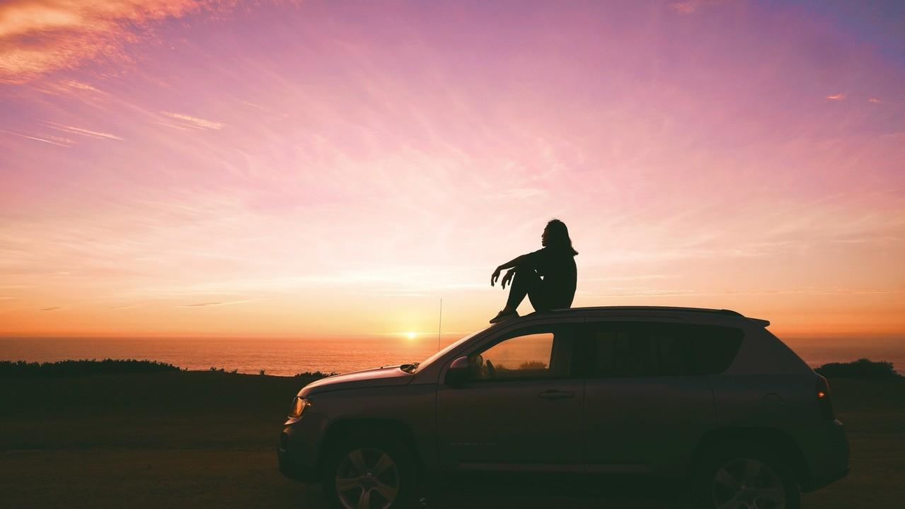 車の上に座る女性のシルエット