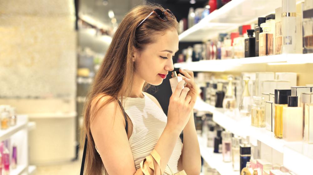 香水の匂いを嗅ぐ女性