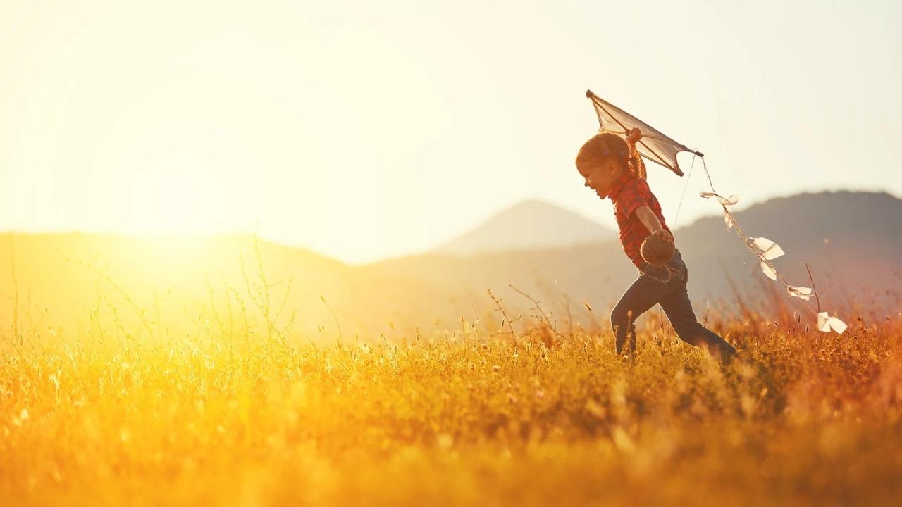 草原を走る子ども