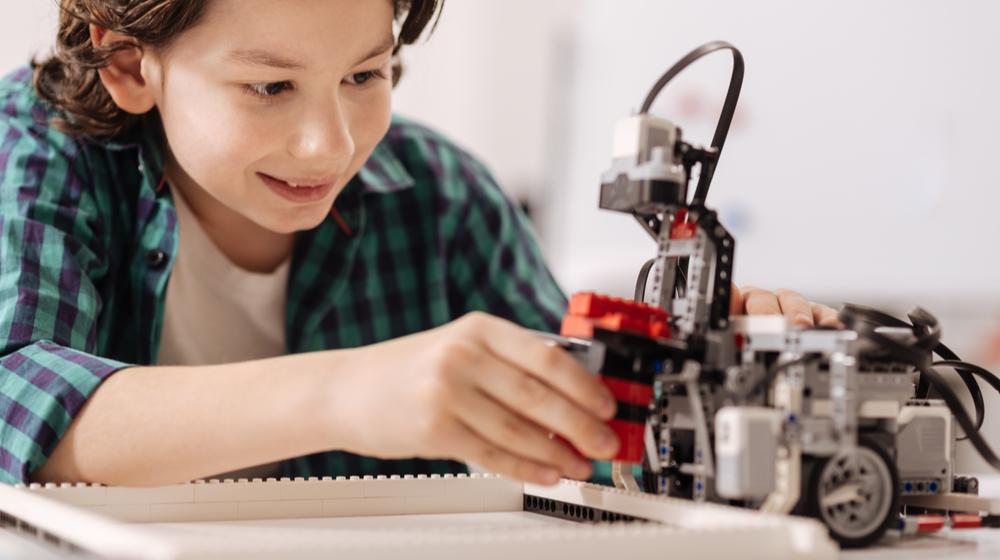 ロボットを作る少年