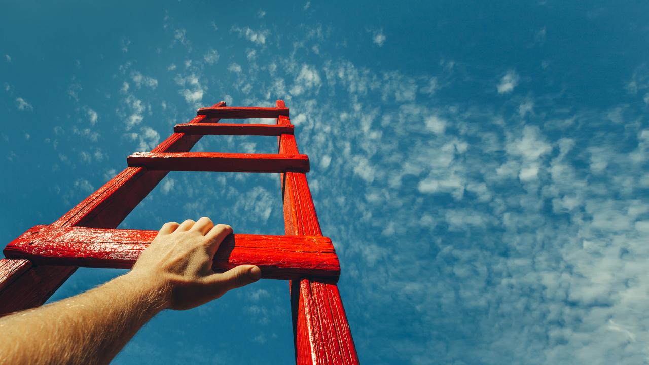 空に向かって伸びる赤い梯子