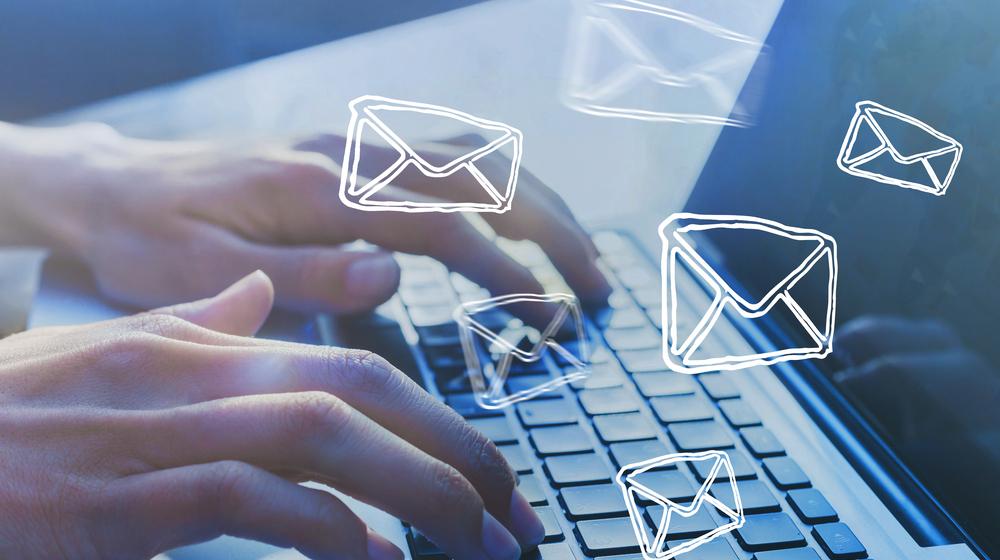 キーボードでメールを打つ手元